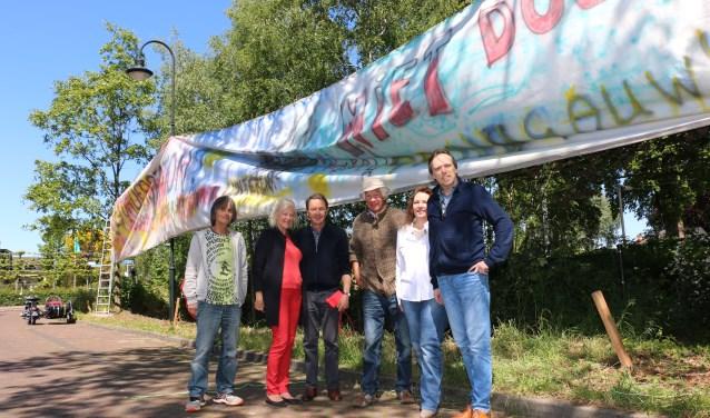 """De werkgroep, met onder anderen Huub van Gool, Joop Moret, Rikko Fransen (uiterst links) en Janita Wolfswinkel (tweede van rechts): ,,Definitief schade aan deze plek."""""""