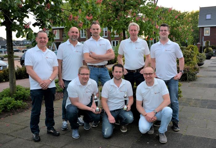 Bovenin staand team 1  met van links naar rechtst Jan de Haan, Ton Schakel, Bert van Veen en Jaap Veldhuizen. Onderaan van links naar rechtst team 2 bestaande uit Joey v.d Vliert, Arie v/d Bijl en Sjaak Jansen.