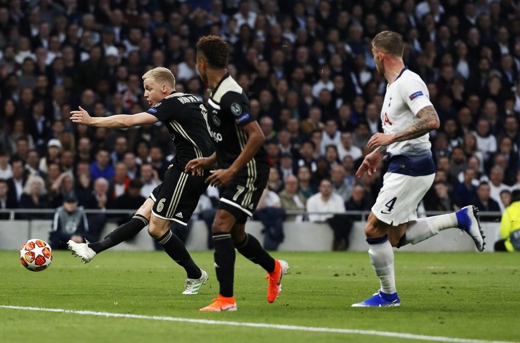 Het moment van Donny van de Beek in de eerste halve finale van de Champions League: hij maakt de 0-1.