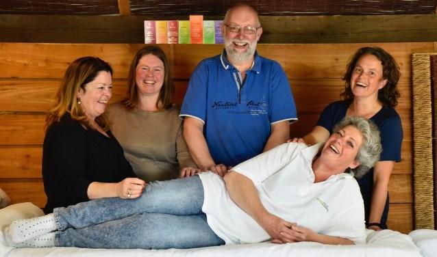 De masseurs (vlnr) Marguerite Uljée, Anouk Andreae, Erik Kater, Stijntje Rorive, en liggend Karen van den Hoek.