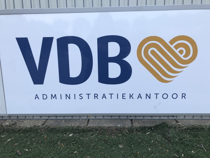 Sponsorbord langs het veld van VDB administratiekantoor. E. vd Helm © BDU Media