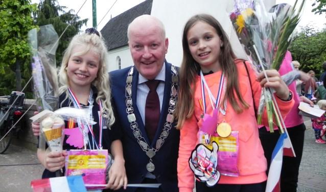 Marit en Puck van de Cammingha hadden bloemen gekregen en de persoonlijke felicitaties van onze burgemeester Ruud van Bennekom.