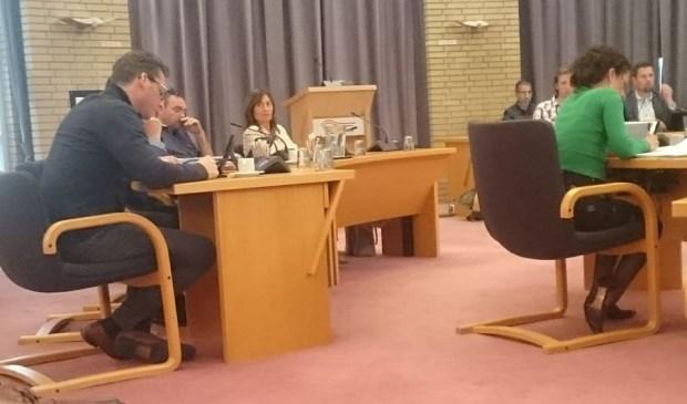 Mevrouw Van Groenendael van Jack's Casino (midden) luistert vol aandacht naar petitie  initiatiefnemer Anne Hamelink (links).