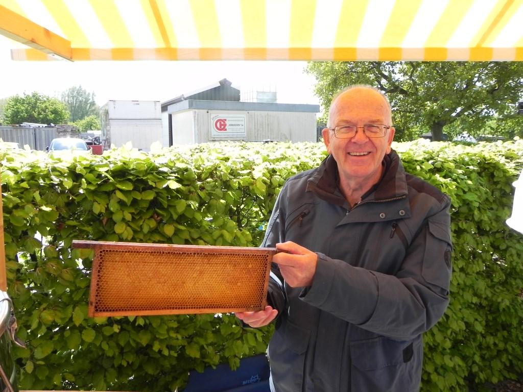 Imker Iebe Monderman wist alles over bijen en honing.  Richard Thoolen © BDU media