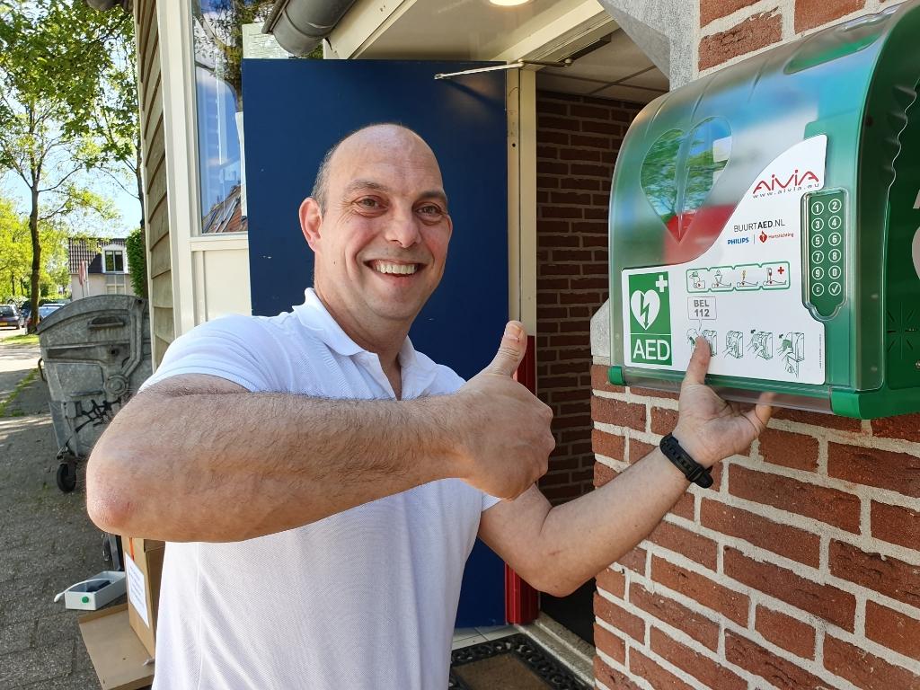 Jeroen Balk bij het plaatsen van de eerste AED vorig jaar Irene van Valen © BDU media