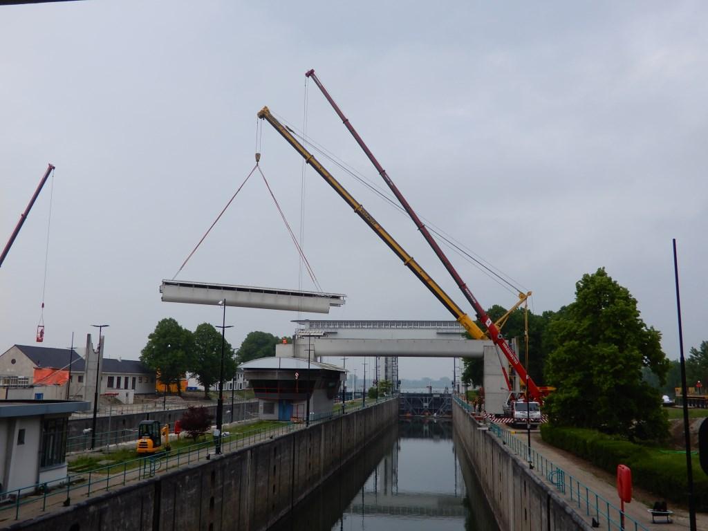 Uithijsen van de loopbrug bij de Beatrixsluis Fons van Leusden © BDU media