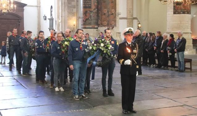 De herdenkingsbijeenkomst gaat van start in de Bavokerk.
