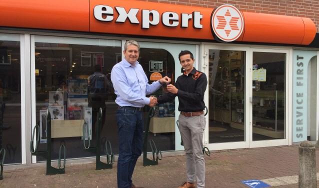 Marc Boers (l) draagt de sleutels over aan Thom van Dijk, de nieuwe Expert-eigenaar.
