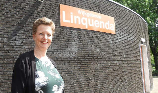 Sylvia van Herk voor het wijkgebouw.