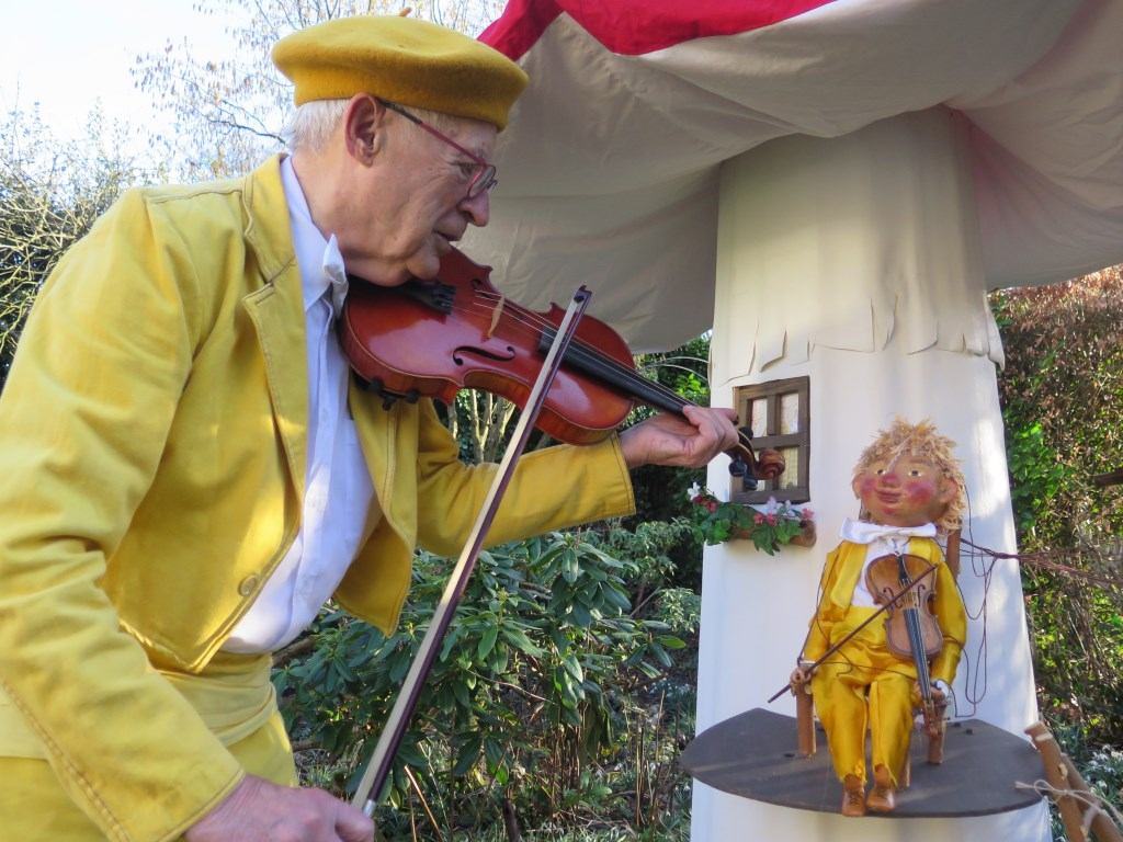 Henk leert een nieuw wijsje van de Muziekkabouter