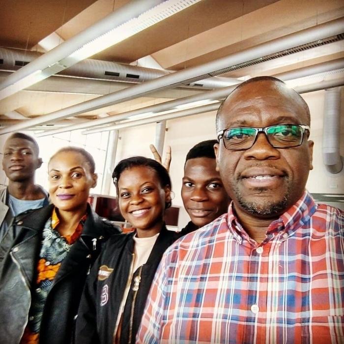 Dominee Nkolo Fanga en enkele van zijn gemeenteleden