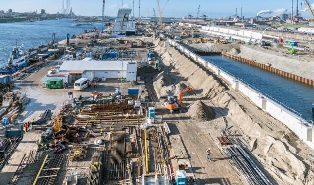 Een overzicht van 30 november 2018 van de bouwplaats met materialen die nodig zijn voor de bouw van de sluis.
