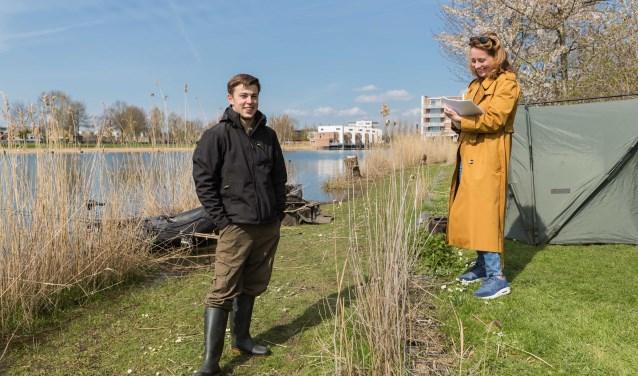 Jessica Dijkman interviewt trotse visser Calvin van Steenderen die alles weet over de zwemroutes van de vissen in de Rietplas.