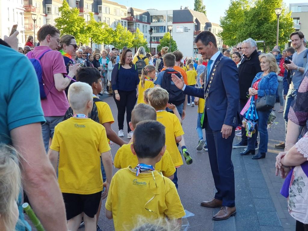 Burgemeester Wouter de Jong was erbij om iedereen aan te moedigen met een highfive, boks of knuffel Irene van Valen © BDU media
