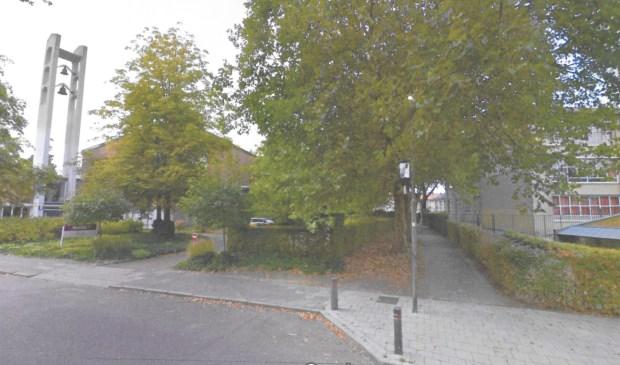 Links de kerk, rechts de school, in het midden de locatie van een 'afscheidshuis'?