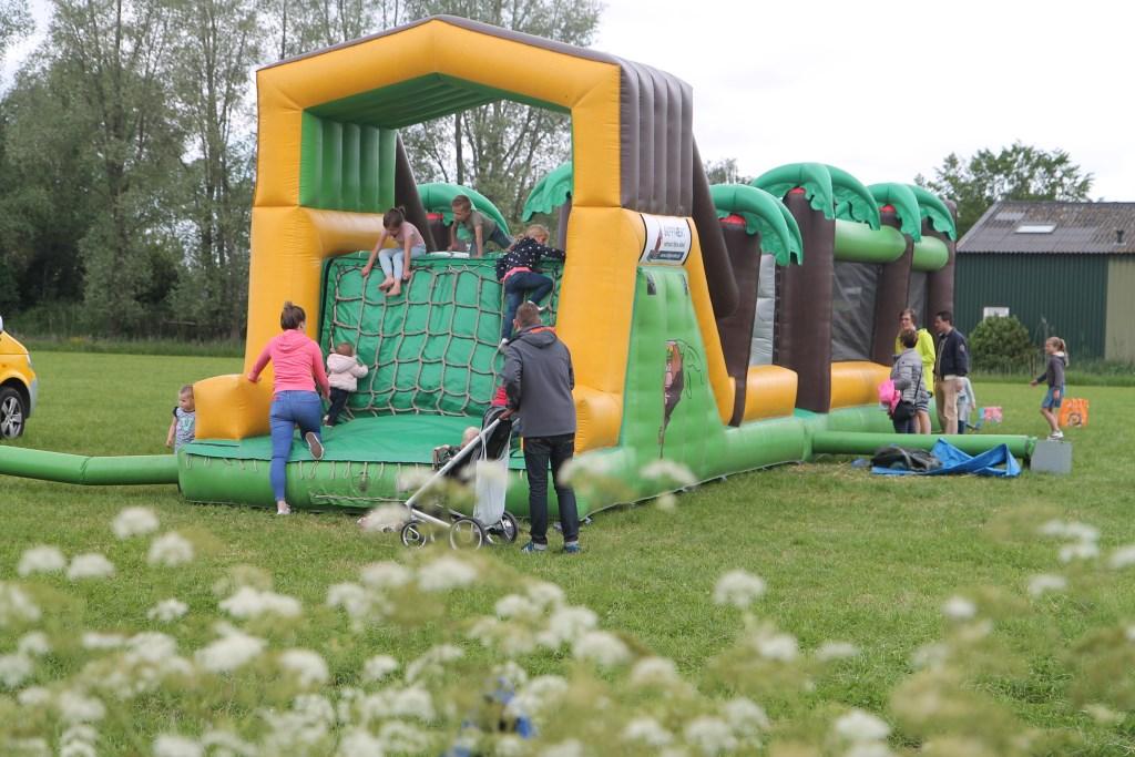 het grote gesponsorde springkussen voor de kinderen Hannie van de Veen © BDU media