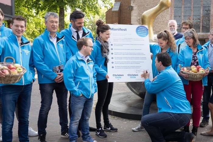 Arjen Droog (Edese kandidaat ChristenUnie / SGP voor het Europees Parlement) ondertekent het manifest  Niek Stam - Fotografie © BDU Media