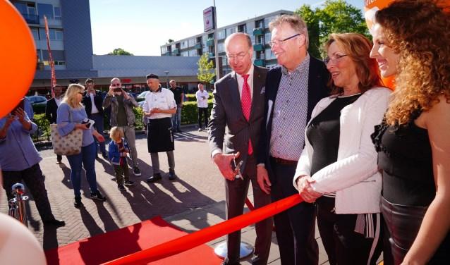 Burgemeester Eenhoorn verricht de opening, samen met familie Poll.