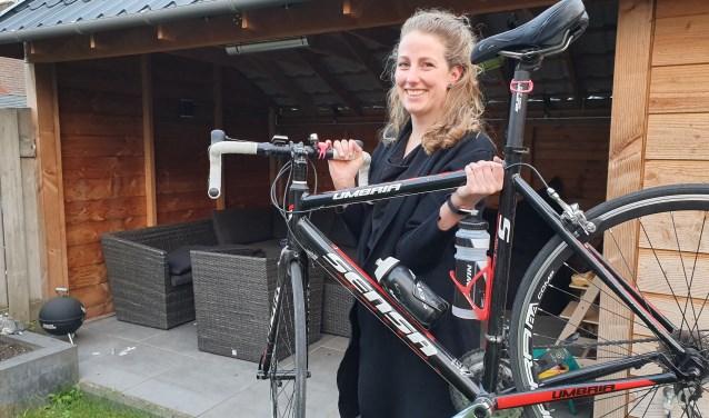 Corine met de fiets die door haar nicht uit het stof is gehaald