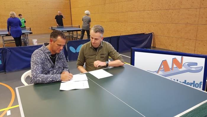 Robert Nederlof en Adriaan van Vliet ondertekenen de overeenkomst.