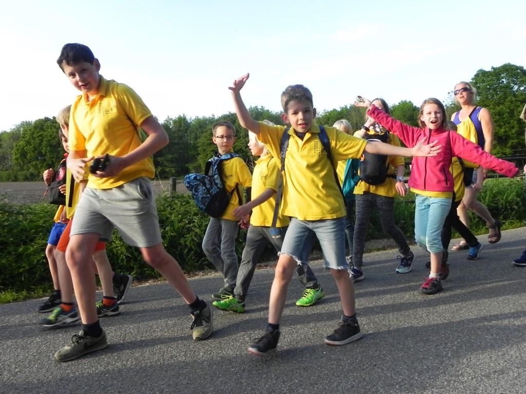 Leerlingen van de Beurthonk zwaaien met hun armen. Richard Thoolen © BDU media
