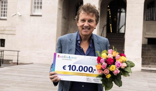 BankGiro Loterij-ambassadeur Robert ten Brink met een cheque