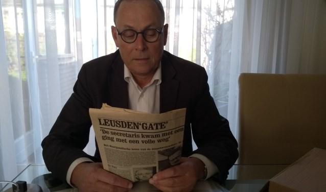 Ben Stoelinga bekijkt met nostalgische gevoelens een artikel uit Vrij Nederland over 'Leusden Gate'. ,,De burgemeester zei keihard 'ik vind het jammer jullie in de gemeenteraad komen'.''