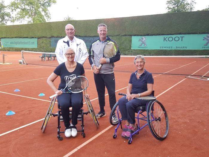 Marijke Roest en Aad Tander krijgen les van Henk de Vries (rechts). Eric Borgts van het ondersteunende Bentinck Fonds is getuige