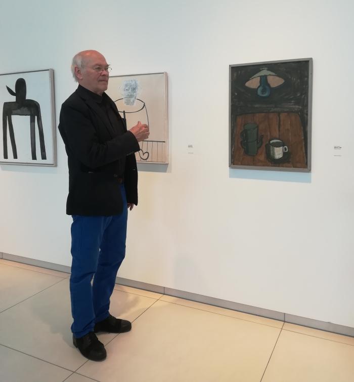 Klaas Gubbels in zijn expositie. Museum Jan van der Togt © BDU media