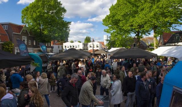 """Het Wilhelminaplein staat vol bezoekers tijdens het foodtruckfestival. ,,Het is overweldigend"""", aldus Joris van der Kleij"""
