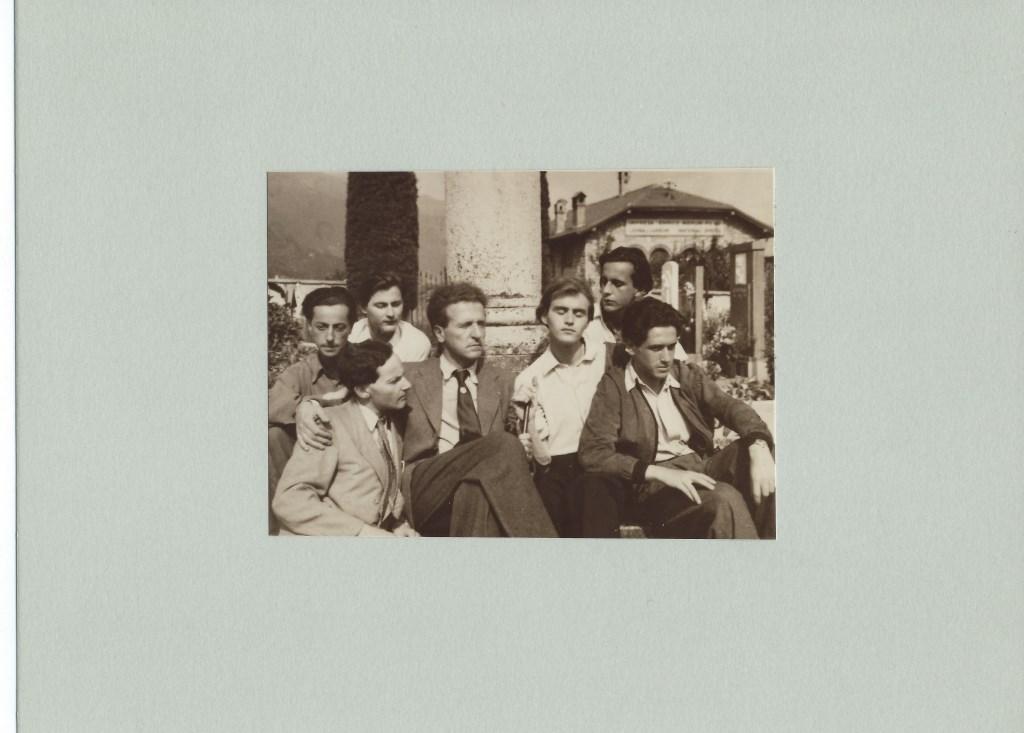 Wolfgang Frommel omringd door een schare jongemannen. De man links achter (met donker overhemd) lijkt Billy Hilsley te zijn. Archief Castrum Peregrini Amsterdam © BDU media