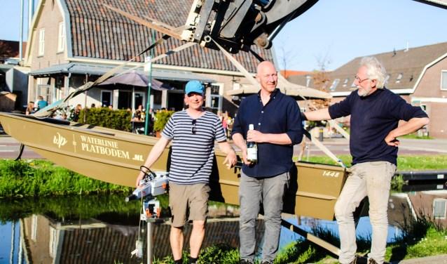 De platbodem is terug! Trotse eigenaren (vlnr) René Koteris, Jeroen Stokman en Lous de Kruif bij de tewaterlating van hun boot.