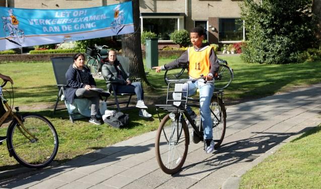 Tijdens het examen fietsen de scholieren door Baarn.