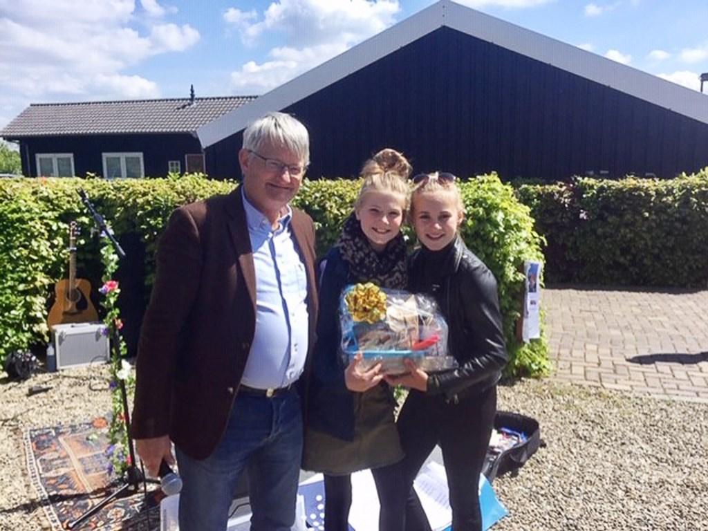 Voorzitter Frank Bouman met de winnaars van de taartenbakwedstrijd: Jara en Britt. Richard Thoolen © BDU media