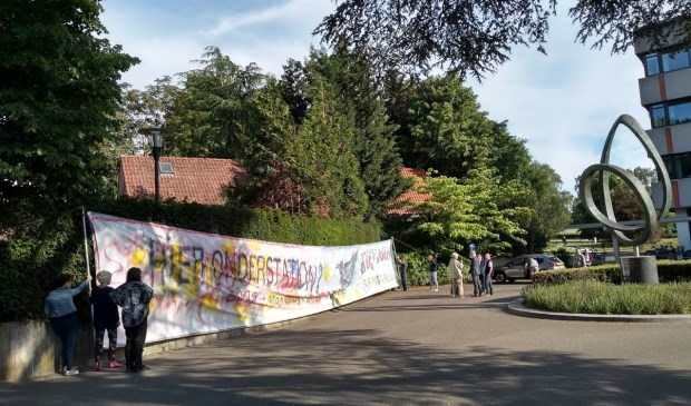 Het protest van de Lunteranen donderdagavond bij gemeentehuis in Ede.
