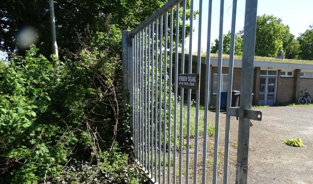 Hek bij oude toegangsweg naar MOB terrein wordt afgesloten