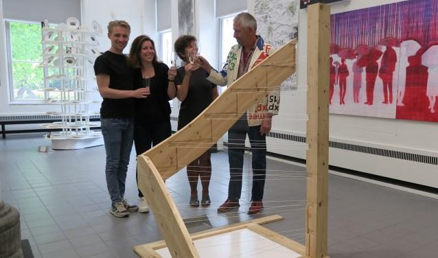 Roel Berg (r) met zijn hulptroepen in Museum de Fundatie. Volgnummer: Bastiaan van Riet, Anne Berg, Bep van Delden