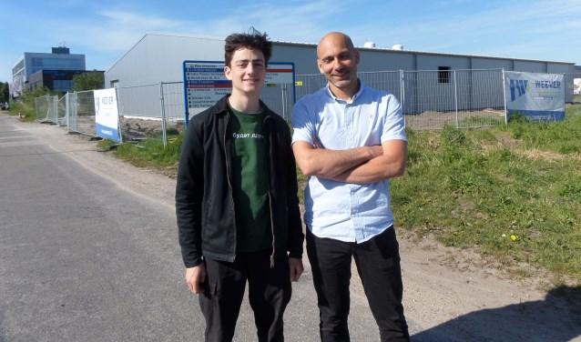 Initiatiefnemer Thomas Adamidis en Ruud Jansen staan voor de loods dat de eerste indoor Skatepark in Haarlem gaat worden.