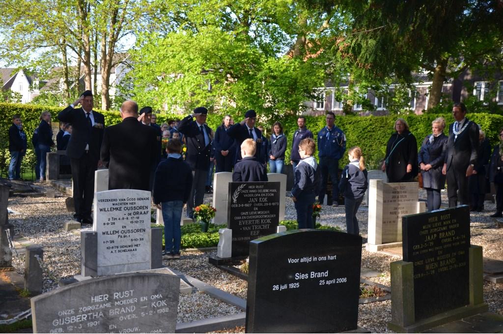 Bloemen leggen bij graven Britse militairen Ali van Vemde © BDU media