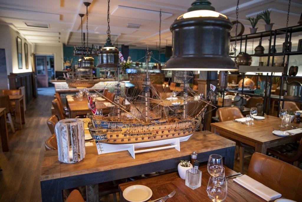 Het sfeervolle restaurant heeft een warme maritieme sfeer.  Michel van Bergen © BDU media
