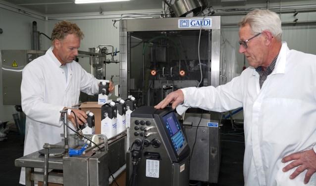 Gerard Stam (links) en Wes Korrel (rechts), twee van de deelnemende boeren, in de melkfabriek.