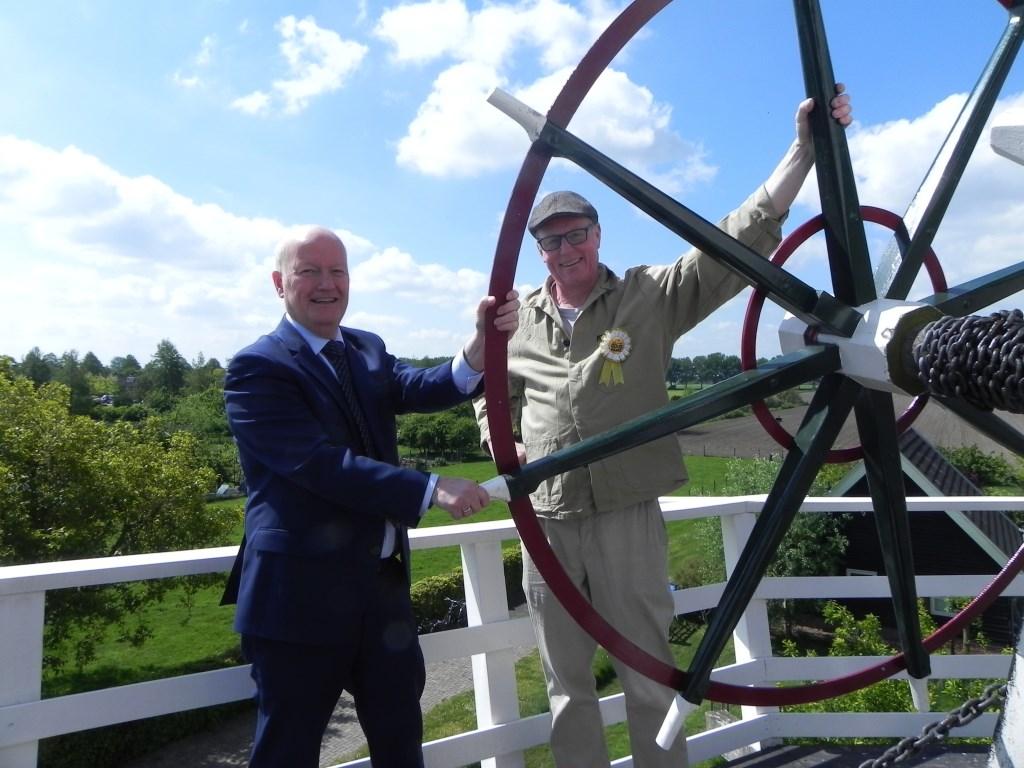 Burgemeester Ruud van Bennekom kreeg uitleg van molenaar Michel Strik. Richard Thoolen © BDU media
