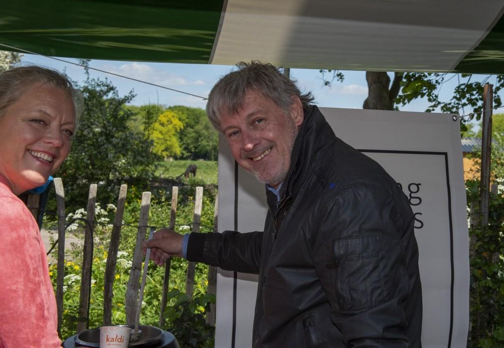 Peter Houssart schenkt het eerste kopje oesterzwamsoep  Ellen Toledo © BDU media