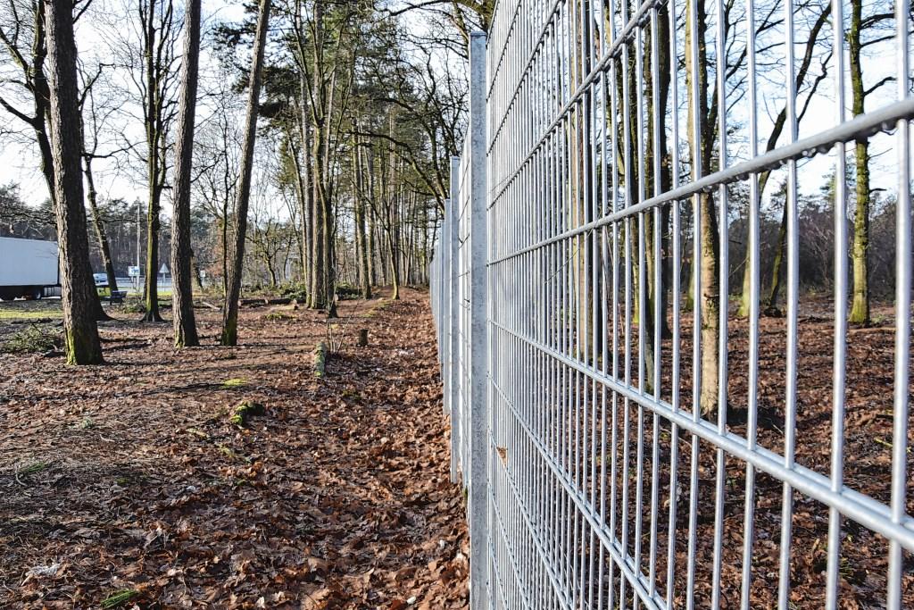 Het houten hek dat er langs de parkeerplaats stond, is vervangen door een nieuw, ijzeren hek.