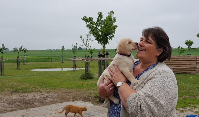 Nala knuffelt graag met Annet. Nu nog de schattigste pup, later hopelijk een waardevolle therapiehond.