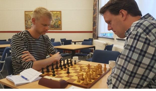 De strijd tussen de twee Martijnen in volle gang. Rechts winnaar Martijn Pauw, links Martijn Bakker.