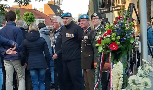 Veteranen bij de kranslegging op het plein Oude dorp