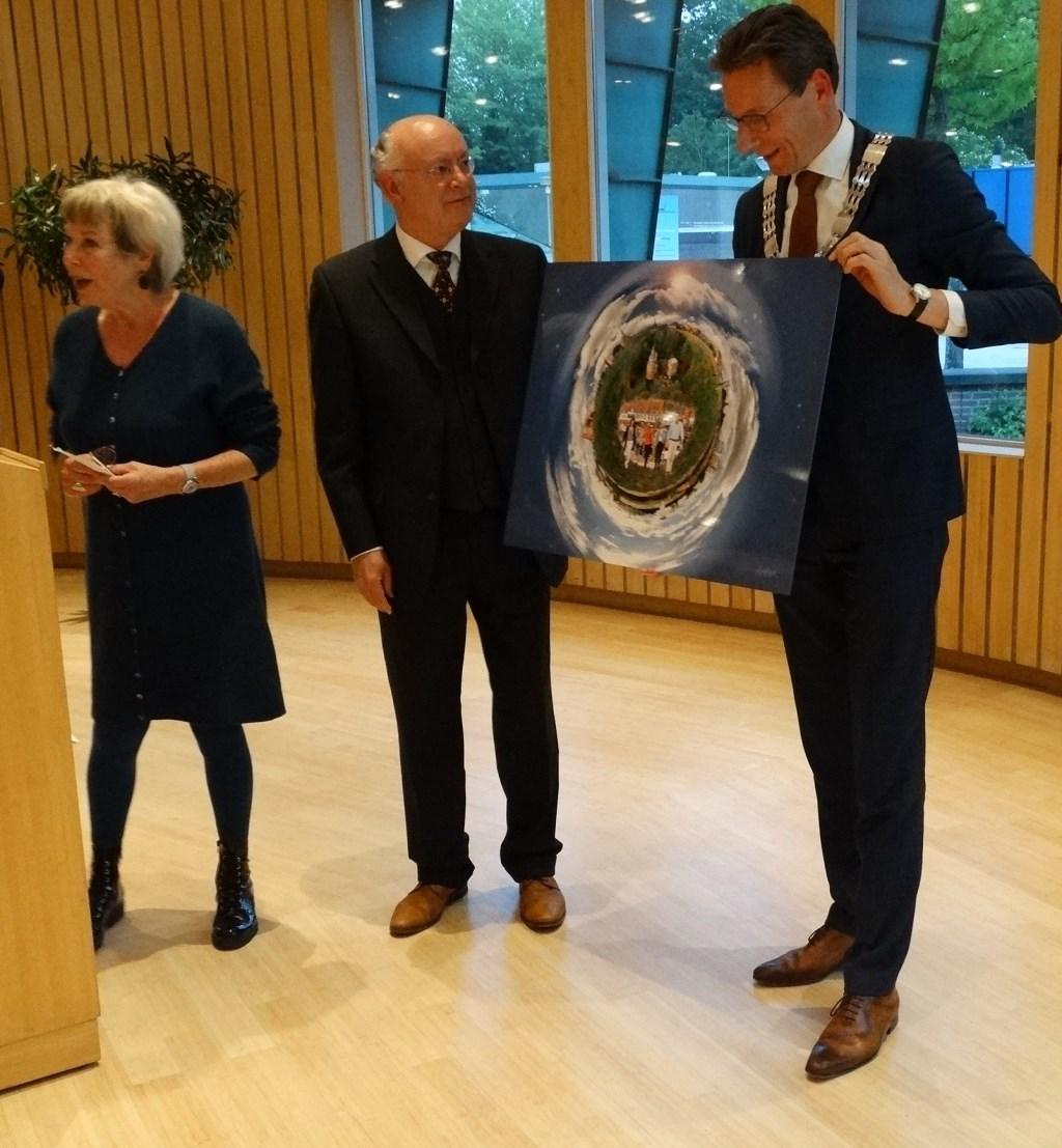 Van de gemeenteraad kreeg hij een fotomontage van Iet Wouda Kuun Jenniskens © BDU media