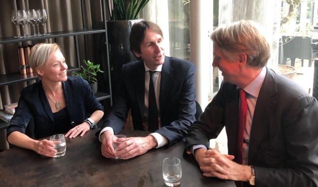 Wethouders Floor Gordon en Herbert Raat (midden) in gesprek met Schiphol-topman Dick Benschop.