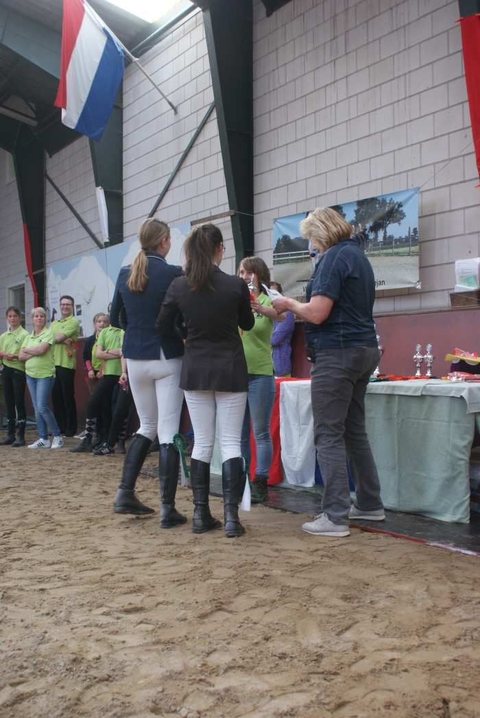 2 Finalisten nemen hun beker in ontvangst M. de Greef © BDU media